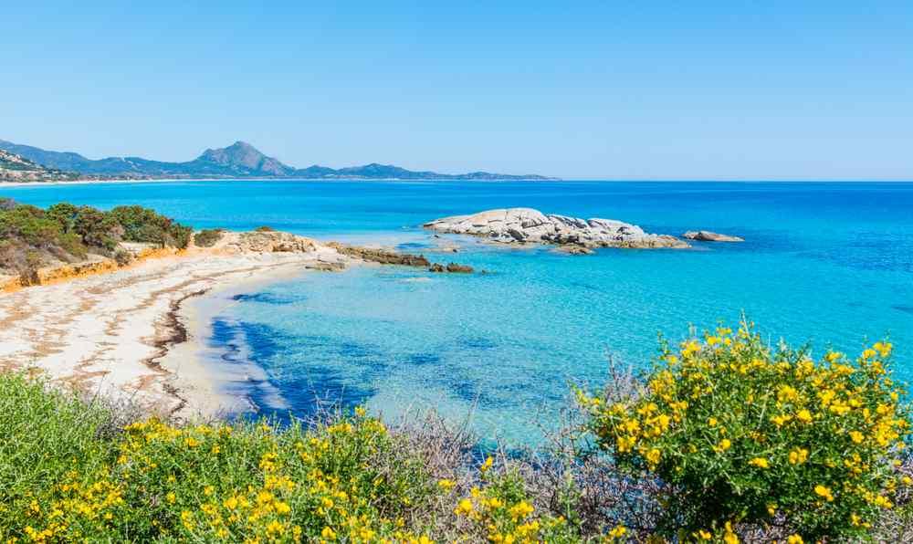 Der Strand von Scoglio di Peppino an einem sonnigen Tag